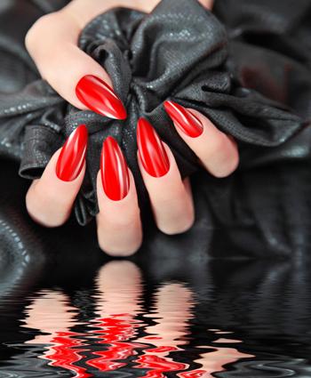 kosmetikbehandlungen-geldnaegel-naildesign